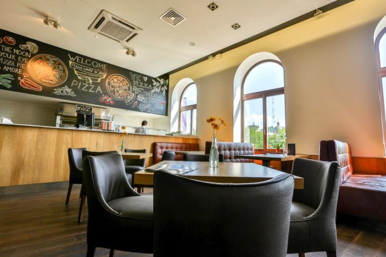 イタリアンレストラン ReGOO 開放的な店内